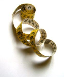 immagine di un metro per misurare i centimetri del corpo umano